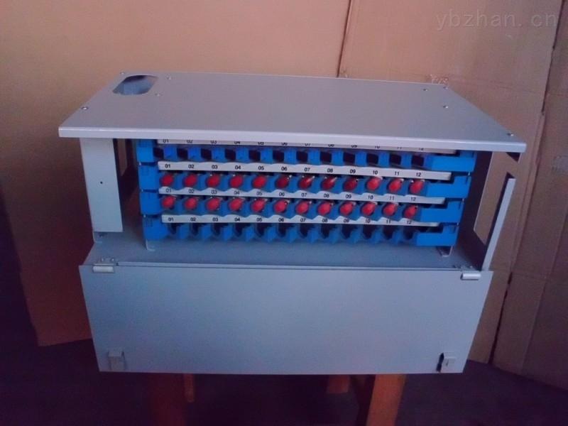 ODF光纤熔接配线单元盒,又称ODF配线箱,是用于光缆引入、固定和保护、光缆终端与尾纤熔接, 用户可根据实际需求选配单元数量或法兰盘数量。是专为光纤通信机房设计的光纤配线设备。具有光缆固定和保护功能光缆终接功能、调线功能、以及光缆纤芯和尾纤保护功能。既单独装配成光纤配线架,也可与数字配线单元、音频配线单元同装在一个机柜/架内。构成综合配线架。该设备配置灵活、安装使用简单、容易维护、便于管理、是光纤通信光缆网络终端,或中继点实现排纤、跳纤光缆熔接及接入必不可少的设备之一。